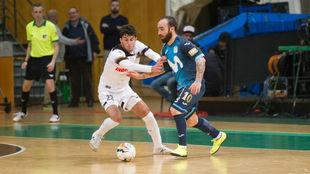 Ricardinho conduce el balón ante la presencia de Uri Santos.