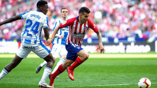 Acción en la que Correa cae ante Omeruo y Mateu pita penalti.