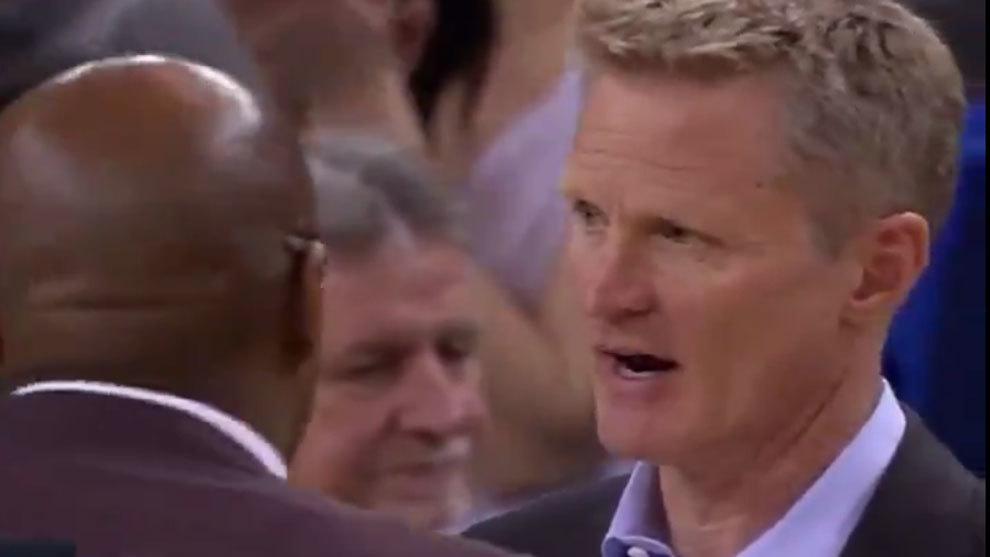 Kerr habla con su ayudante durante un tiempo muerto