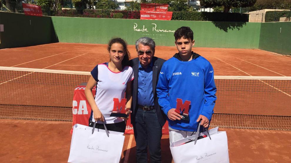 Manolo Santana, con Maria Dolores López y Martín García