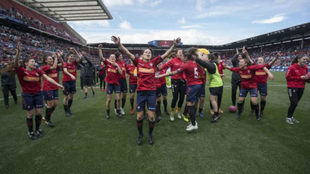 ?Las jugadoras del Osasuna Femenino celebran la victoria en El Sadar