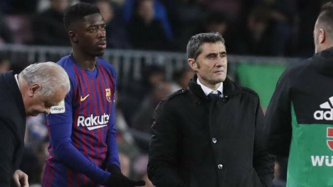 Ousmane Dembele preparing to come on, alongside Ernesto Valverde