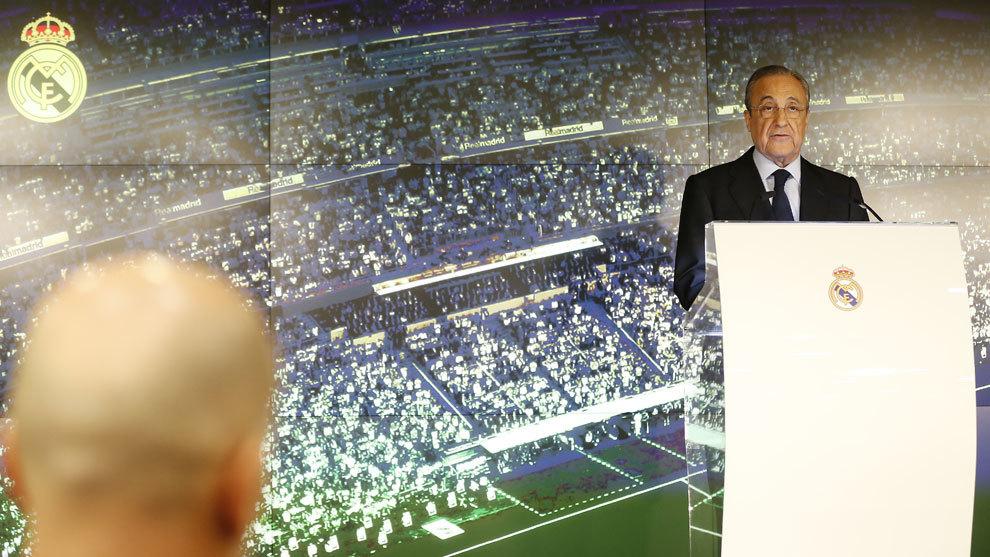 Florentino se dirige a todos con la atenta mirada de Zidane/ ÁNGEL...