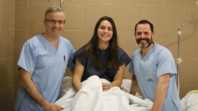La jugadra internacional con los doctores Manuel Leyes y César Flores...