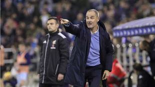 Víctor da instrucciones en su debut ante el Extremadura.