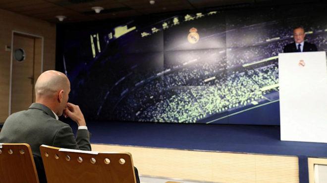 Zidane observa desde su silla cómo Florentino le da la bienvenida.