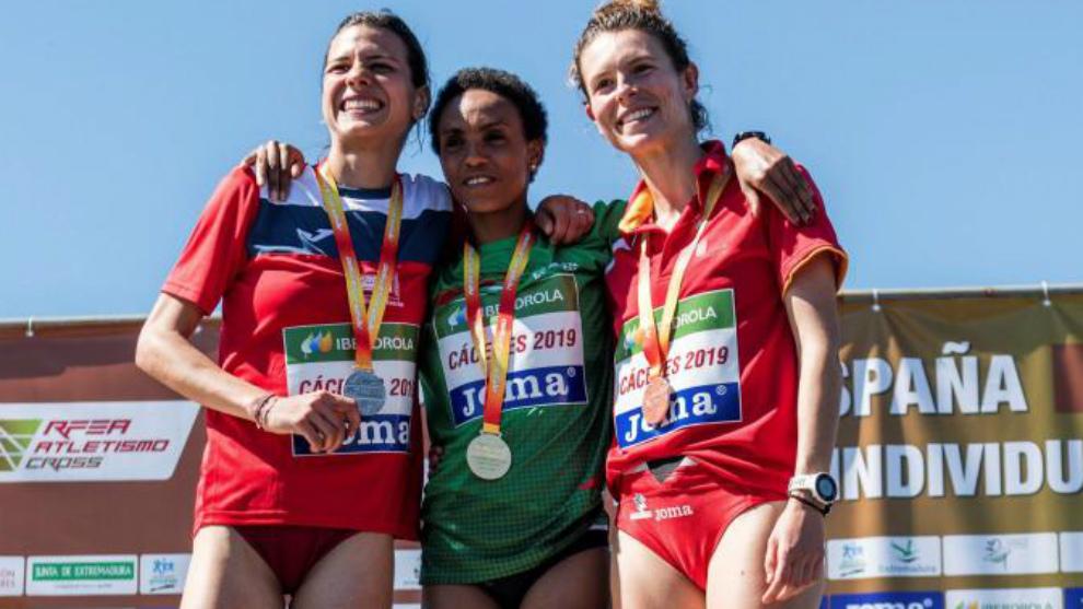 Trihas Gebre, Irene Sánchez-Escribano, Blanca Fernández en el podio...