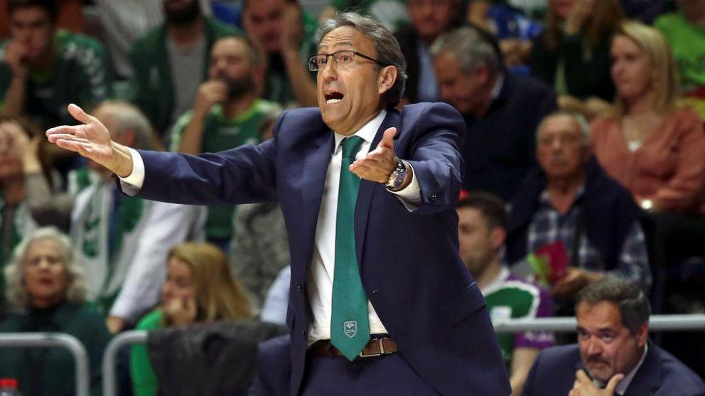 Luis Casimiro da instrucciones a los suyos en el segundo partido ante...