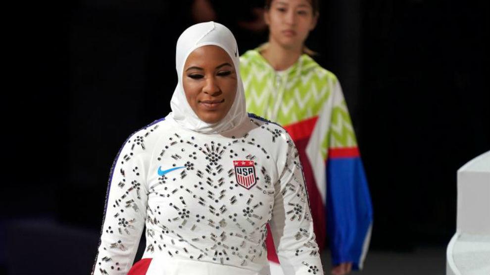 Ibtihaj Muhammad, con su hiyab deportivo de Nike.