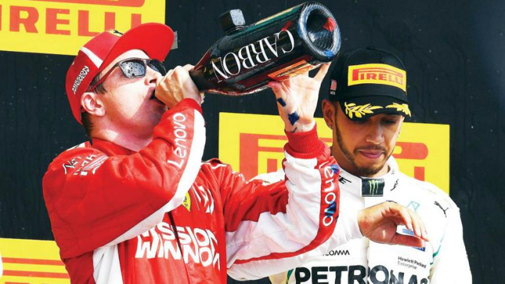Raikkonen bebe delante de Hamilton.
