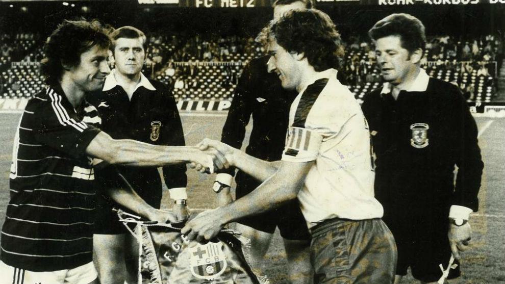 Los capitanes de Barça y Olympique, en la Recopa de la 84-85.