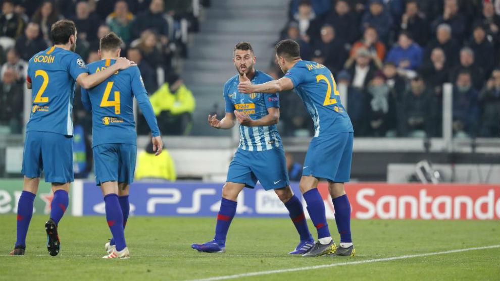 Koke habla con sus compañeros ante la Juventus.