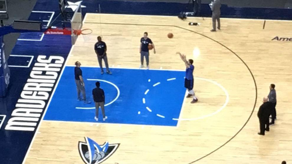 Doncic en la cancha de los Mavericks entrenando el tiro