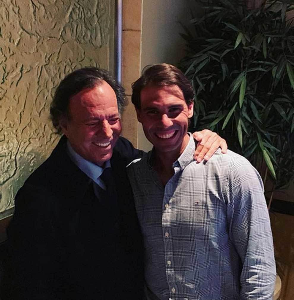 Julio Iglesias abrazando a Rafa Nadal