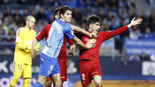 Leschuk y Nacho Vidal, en un instante del Málaga-Osasuna.