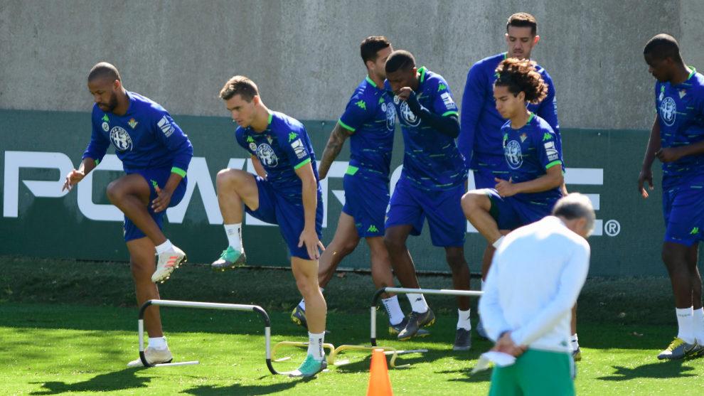 Lo Celso hace un ejercicio junto a varios de sus compañeros.
