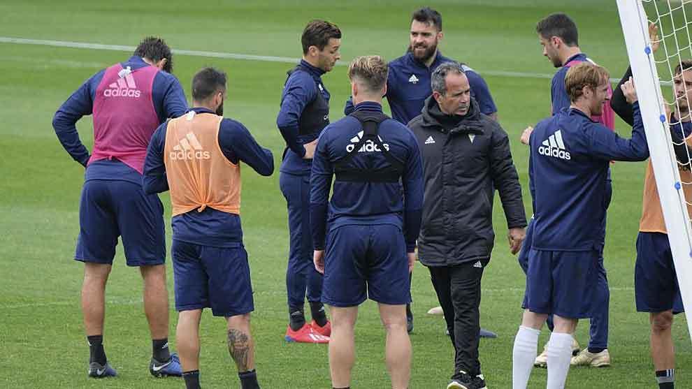 Álvaro Cervera y sus jugadores, en un entrenamiento de la semana...