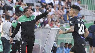 Rafa Navarro, dando instrucciones en la banda del Arcángel ante el...