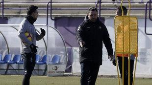 Sergio García da instrucciones en un entrenamiento del Valladolid.