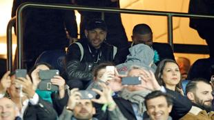 Neymar, en el palco del Parque de los Príncipes viendo el...