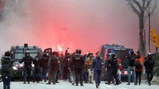 Varios ultras del Olympique de Lyon, controlados por la Policía.