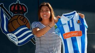 Kiana Palacios posa con la playera de la Real tras renovar.