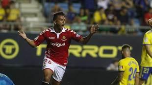 Luis Suárez celebra su gol al Cádiz en el Carranza