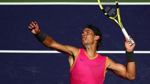 Rafael Nadal realiza un servicio en Indian Wells.