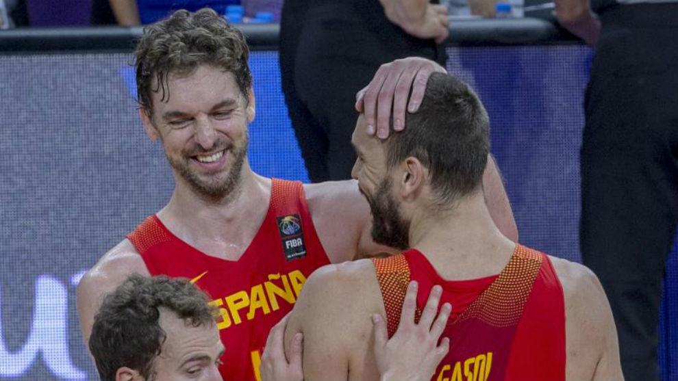 Pau felicita a su hermano Marc en un partido con la selección...