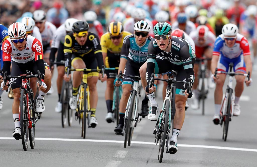 EPA3365. MOULINS-YZEURE (FRANCIA), 12/03/2019.- El ciclista irlandés del equipo Bora Hansgrohe, Sam Bennett (dcha), celebra su triunfo en la tercera etapa de la París <HIT>Niza</HIT> disputada entre Cepoy y Moulins-Yzeure, de 200 kilómetros, este martes en Francia. EFE/Sebastien Nogier