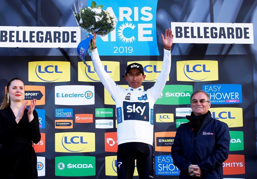 EPA1375. BELLEGARDE (FRANCIA), 11/03/2019.- El corredor colombiano Egan Bernal Gomez del equipo Team Sky (c) se enfunda en el podio el maillot blanco como mejor corredor joven tras la segunda etapa de la París <HIT>Niza</HIT> disputada entre Les Bréviaires y Bellegarde, de 163.5 kilómetros, este lunes en Francia. El ciclista de Amsterdam reforzó el liderato en espera de un posible triplete este martes. EFE/ Sebastien Nogier