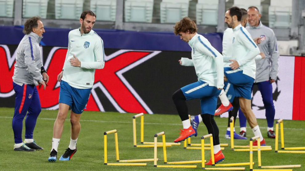 Godín, Griezmann y Juanfran durante el entrenamiento del Atlético.