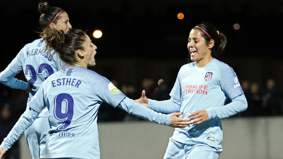 Esther González y Kenti Robles celebrando un gol en Vallecas,