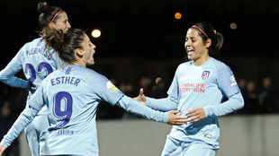 Esther González y Kenti Robles celebrando un gol en Vallecas,