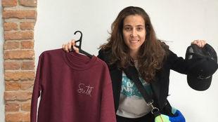 Ainhoa Tirapu posa con los productos de Sutil Urban.