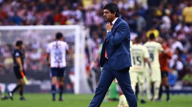 José Cardozo camina desconsolado tras caer en el Azteca/