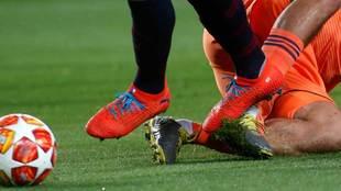 Luis Suárez pisando a Szymon Marciniak en la acción en la que forzó...