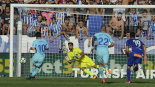 Pacheco se lanza para detener un lanzamiento de penalti de Leo Messi.