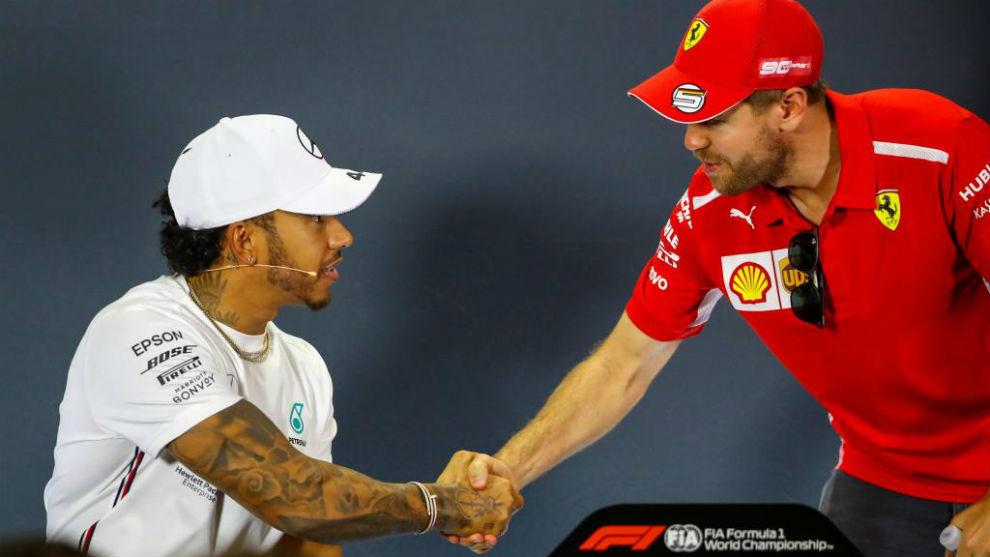 Hamilton y Vettel se saludan antes de la primera rueda de prensa del...