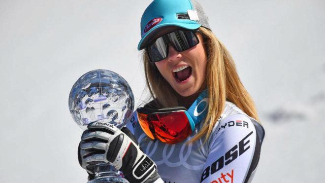 Mikaela Shiffrin posa con el globode cristal.