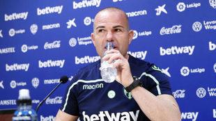 El técnico del Levante, Paco López, bebe agua antes de su...
