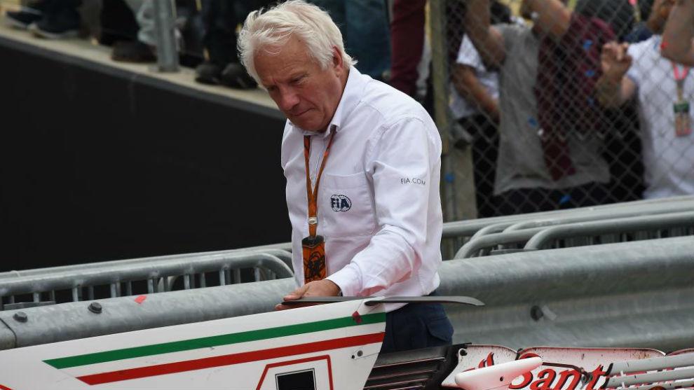 Whiting, revisando un monoplaza durante el GP de Gran Bretaña 2017.