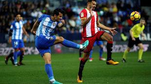 Luis Hernández remata en presencia de Stuani en un partido de la...