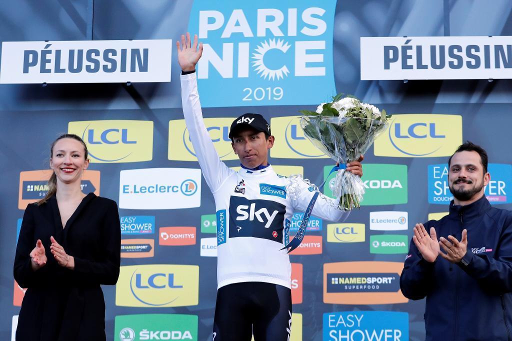 EPA4941. PÉLUSSIN (FRANCIA), 13/03/2019.- El ciclista colombiano del equipo Sky, Egan Bernal Gómez, celebra en el podio el liderato provisional de la clasificación general de jóvenes tras la cuarta etapa de la <HIT>París</HIT><HIT>Niza</HIT> disputada entre Vichy y Pelussin, de 212 kilómetros, este miércoles en Francia. EFE/Sebastien Nogier