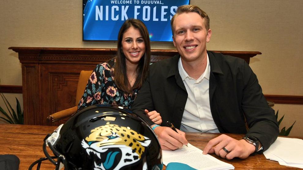 El quarterback firmó su contrato este jueves