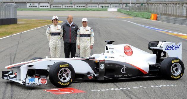 Checo y Kobayashi, con el coche con el que compitieron en 2011.