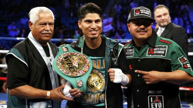 Mikey García junto a su padre y su hermano tras ganar a Dejan...