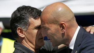 Mendilíbar y Zidane se saludan en la previa de un partido