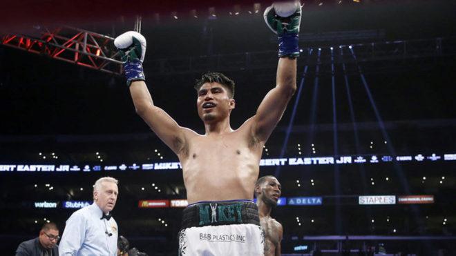 Mikey García alza los brazos durante uno de sus combates /