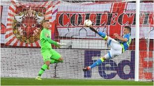 Milik, de tijera, marca el 0-1 del Nápoles.